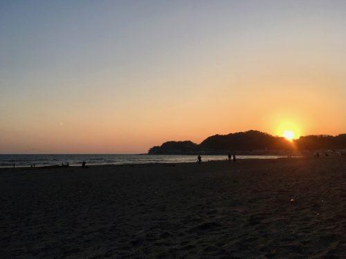 Západ slunce na pláži Kamakura s Mount Fuji v pozadí