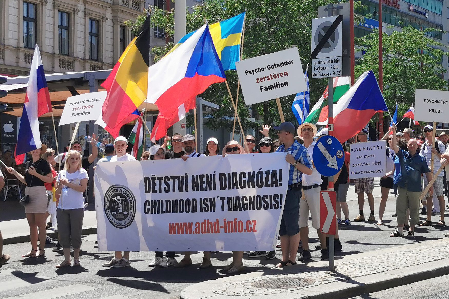 Občanská komise za lidská práva (Citizens Commission on Human Rights) při demonstraci ve Vídni v roce 2019