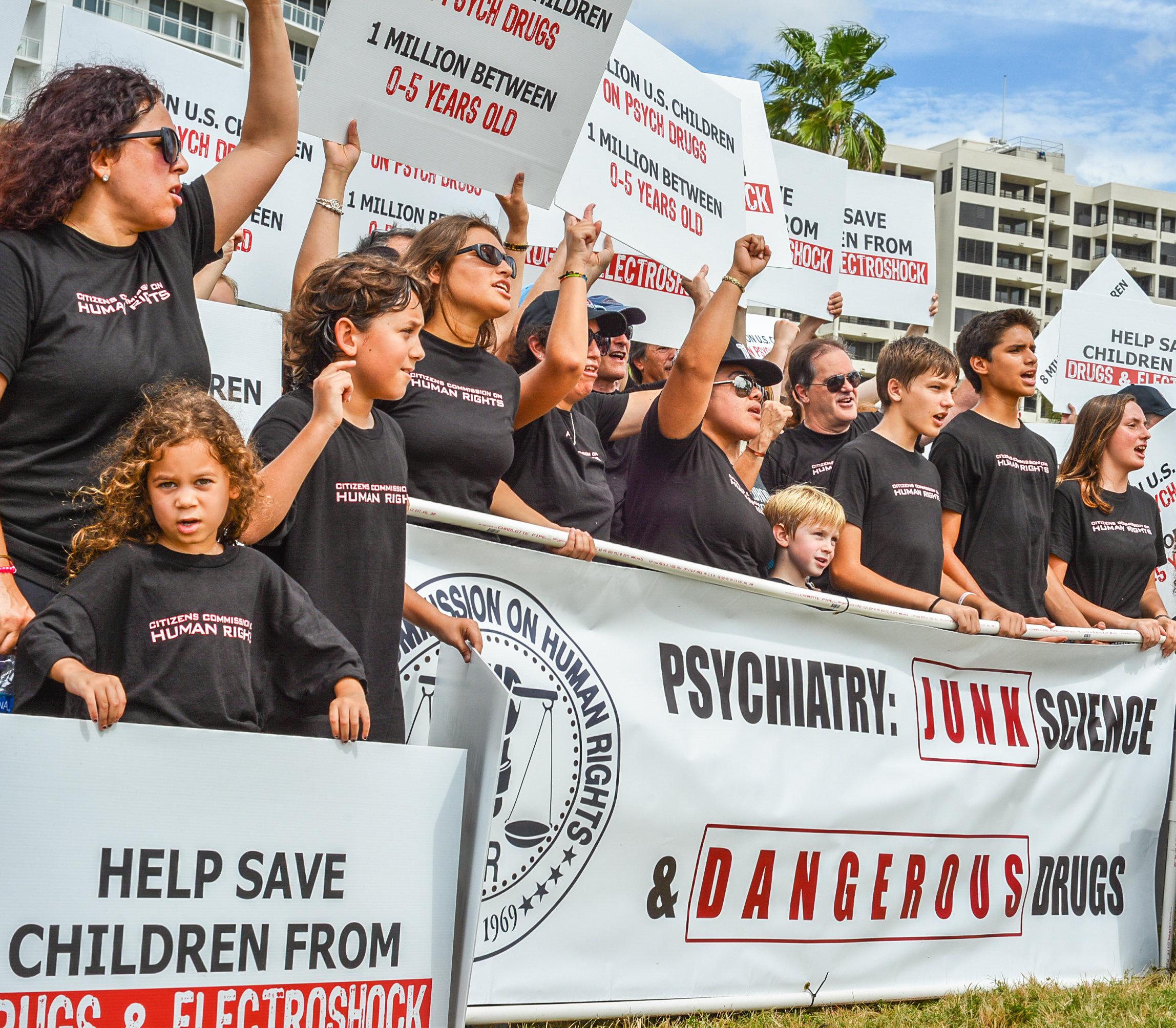 CCHR protestuje proti psychiatrickému užívání drog u kojenců (nahoře) a vzdělává návštěvníky na výstavě Psychiatrie: Muzeum průmyslu smrti.