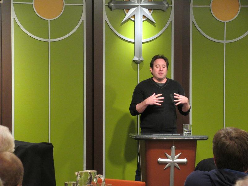 """Dokumentarista Jon Brick informoval členy shromážděné v Scientologické církvi v Kansas City o filmu """"Neobvyklí spojenci"""" a potřebě společných akcí na úrovni Společenství k ukončení násilí."""