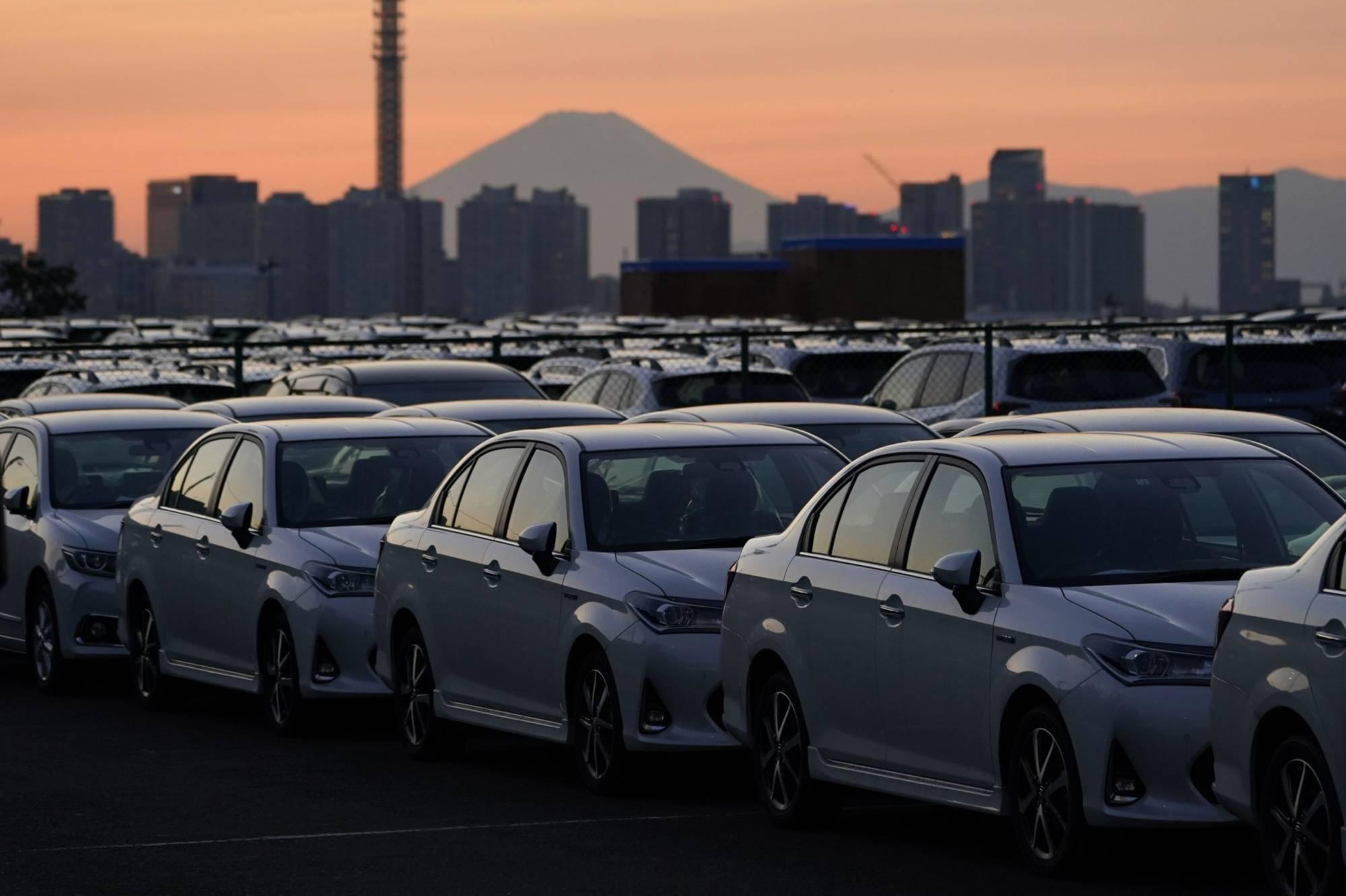 Vozidla Toyota Motor Corp. směřují k přepravě v přístavu v Jokohamě v říjnu. Celosvětové prodeje společnosti Toyota vzrostly v březnu o 44,2% z předchozího roku na rekordních 982 912 vozů.